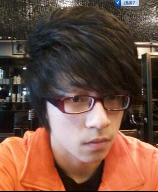 戴眼镜的小男生